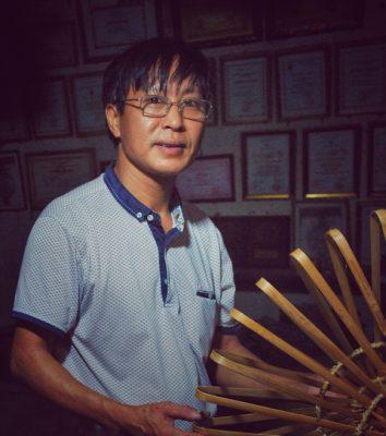 Nghệ nhân Hoàng Văn Hạnh đang giới thiệu những tác phẩm của mình