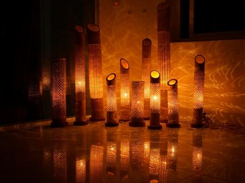 Sản phẩm mây tre đan khi kết hợp với ánh sáng lấy tạo hình thân cây luồng