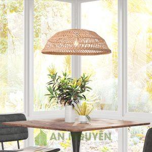 Đèn Mây Tre: Mẫu đèn mây đan trên khung sắt rộng trang trí bàn ăn