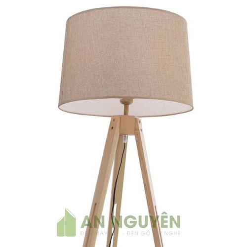 Chân đèn sàn bằng gỗ thật sử dụng chụp mây tre kiểu 3 chân xếp
