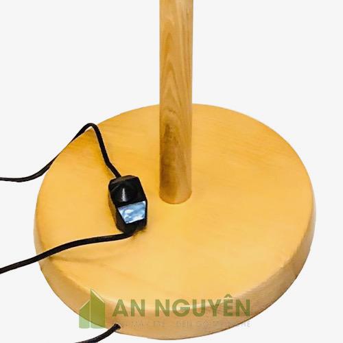 Chân đèn sàn bằng gỗ thật sử dụng chụp mây tre hoặc chụp vải