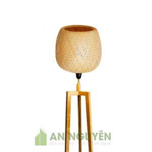 Chân đèn sàn bằng gỗ thật sử dụng chụp mây tre kiểu 3 chân trụ