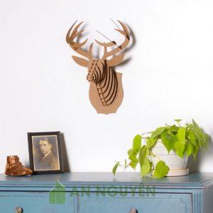 Đầu hưu bằng gỗ trang trí vách tường phòng khách có đèn